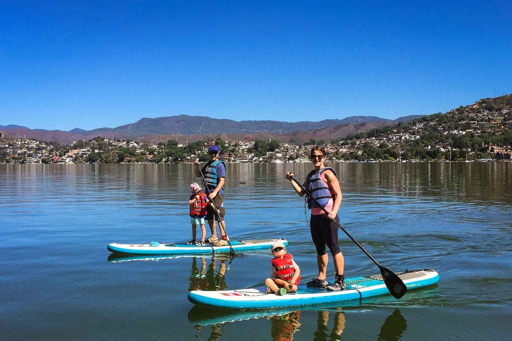 Stand Up Paddleboarding in Valle de Bravo with kids