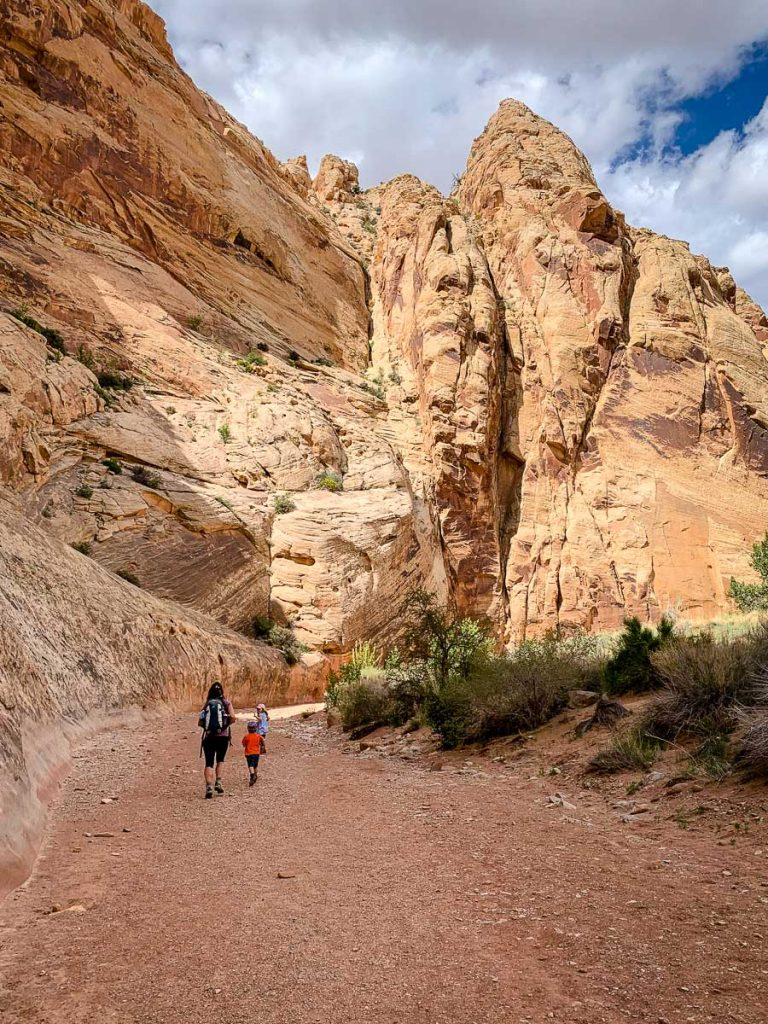 grand wash hiking trail in capitol reef np