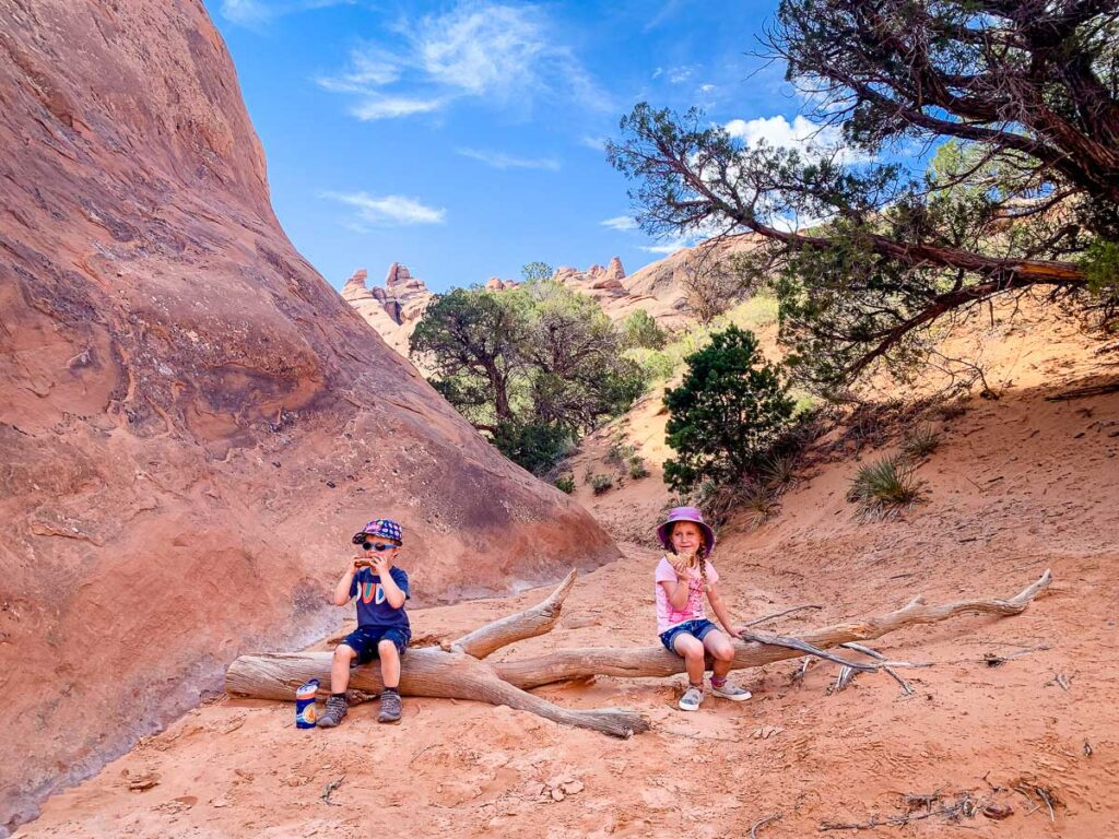hiking devils garden loop with kids in arches np