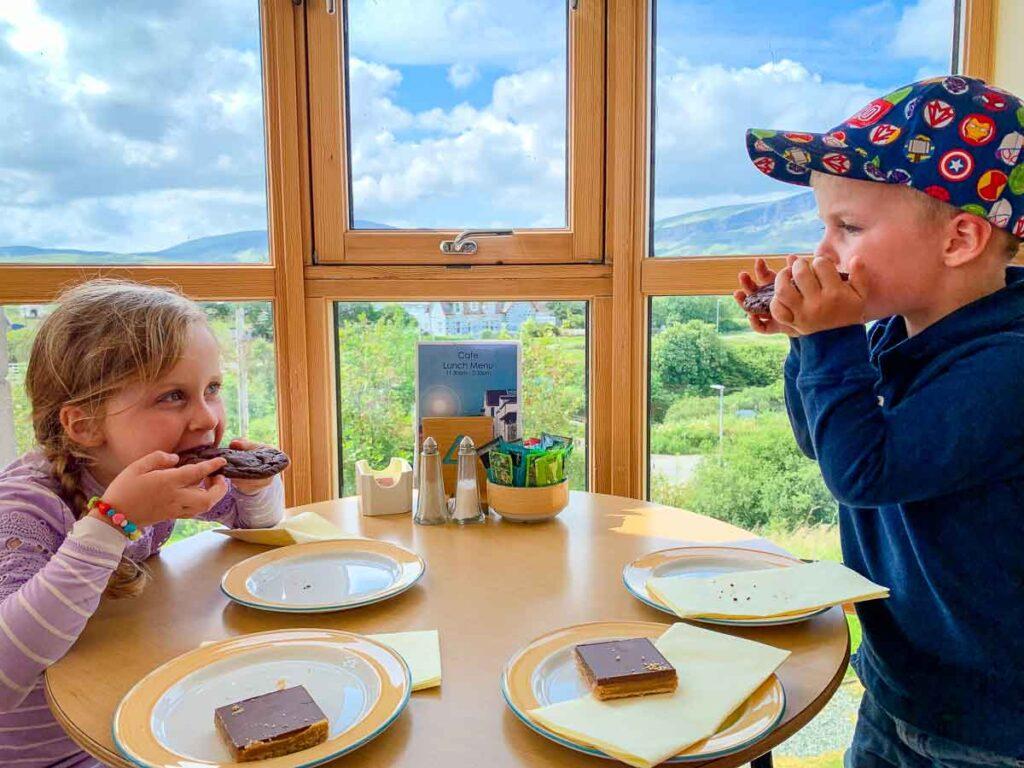image of kids eating in Columba 1400 - Staffin