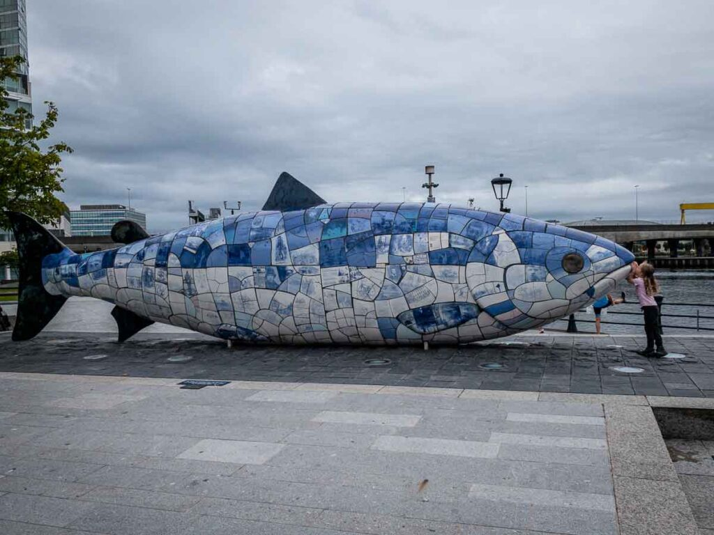 Image of kids kissing the salmon of knowledge in Belfast walking tour