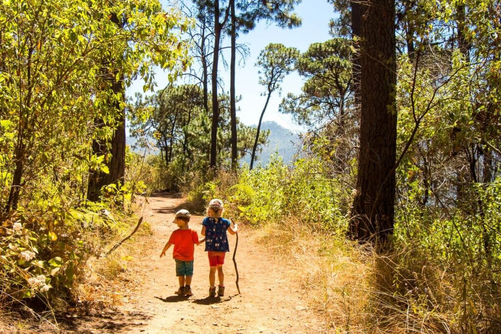 image of two kids on family friendly hiking trail in Valle de Bravo Mexico